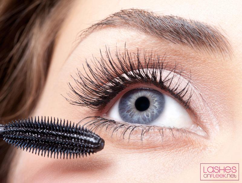 putting-mascara-on-eyelash-extensions